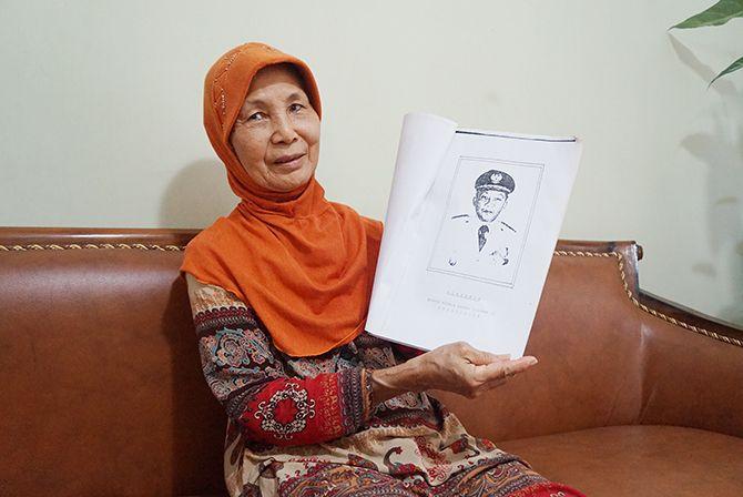 BUTUH PROSES PANJANG : Siti Muzdalifah ketika menceritakan isi dari buku hasil penelitian panitia sejarah Trenggalek yang salah satunya sebagai acuan penetapan hari jadi.