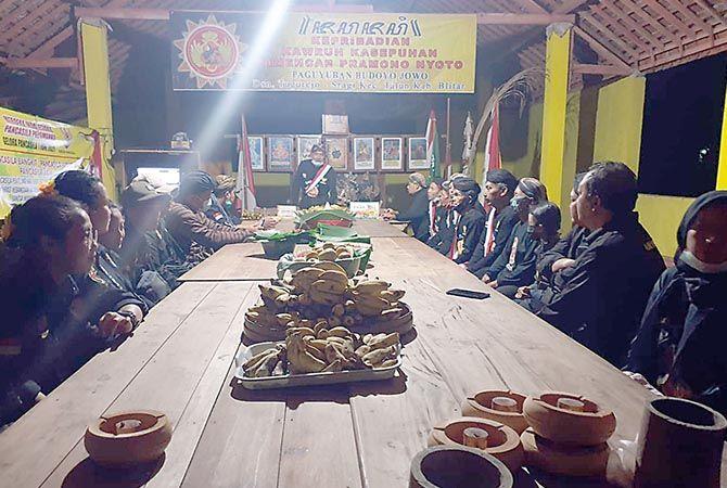 Warga paguyuban sedang ritual Pangruwating Bumi Nuswantara beberapa waktu lalu.