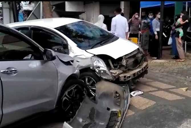 RINGSEK:: Tampak dua mobil alami kecelakaan di Jalan Panglima Sudirman, Trenggalek.