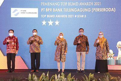 MEMBANGGAKAN: PT BPR Bank Tulungagung (Perseroda) raih Top BUMD Awards 2021 bintang 3. Dalam penghargaan itu, Direktur Utama PT BPR Bank Tulungagung (Perseroda) Suhermin (tengah) dan Bupati Tulungagung Maryoto Birowo (dua dari kiri) dinobatkan sebagai Top