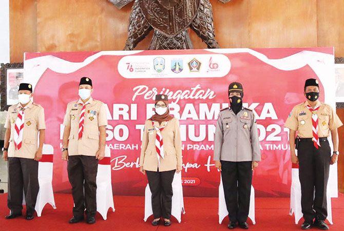 TETAP SEMANGAT : Ka Mabicab Kak Rini Syarifah (Tengah) bersama Ketua Kwarcab Gerakan Pramuka Kabupaten Blitar dan Forkompinda mengikuti apel Hari Pramuka di Pendapa Ronggo Hadi Negoro Pemkab Blitar.