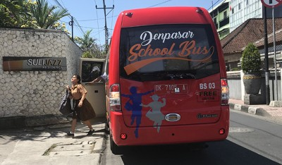 Turun Dari Bus Sekolah