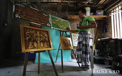 Indahnya Seni Kaligrafi Ukiran Kayu Disabilitas