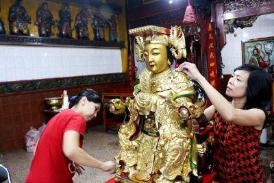 Tradisi Jelang Perayaan Tahun Baru Imlek: Sucikan Patung Makco