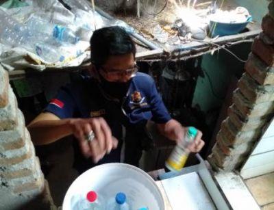 Petugas Polsek Pesantren Gerebek Pengoplos  Arak Jawa dan Alkohol