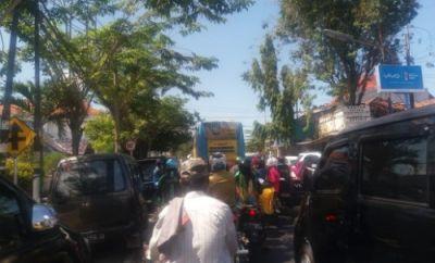 Pengunjung Parkir Sembarangan, Jalan Depan Pasar Srimangunan Macet