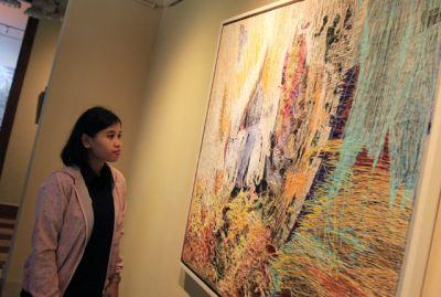 Lukisan Abstrak dari Benang Warna-Warni
