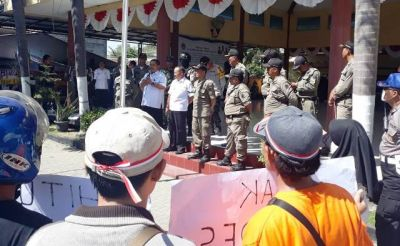Demo Kantor Kec. Manyar, Warga Minta Hitung Ulang Pilkades Sukomulyo