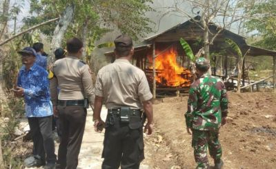 Meresahkan Warga, Arena Judi Sabung Ayam di Panceng Dibakar