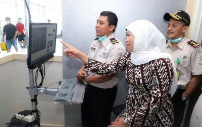 Cegah Virus Corona, Khofifah Cek Thermal Scanner di Bandara Juanda