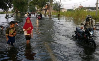 Jalan Morowudi Ditutup, Pengendara Nekat Terobos Jalan yang Kebanjiran