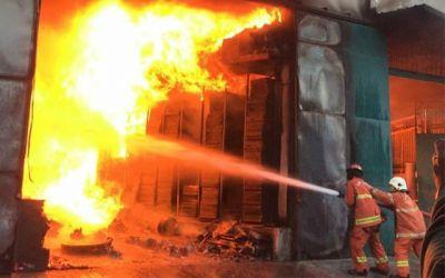 Gudang Mesin Jahit Terbakar, Tiga Petugas PMK Jadi Korban