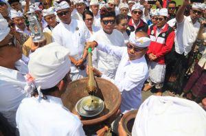 Pemkab Tabanan Mohon Api Suci Porprov Bali di Pura Luhur Batu Panes