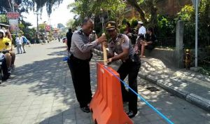 Kerap Parkir Liar, Water Barier Dipasang Depan Puri Ubud