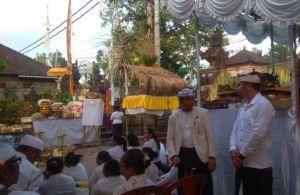 Piodalan di Kantor Perbekel Desa Sayan,  Gunakan Banten Bebangkit