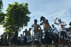 Warga Desa Adat Kapal Masiat, Gunakan 60 Ribu Tipat dan Bantal