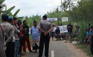 Warga Selasih Blokade Jalan Dibubarkan Sat Reskrim Polres Gianyar