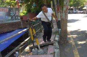 Sudah Tiga Tahun, Trotoar di Jalan Campuhan Ubud Jebol