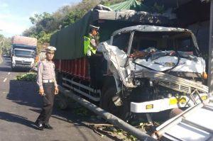 Rem Blong, Truk Seruduk Plang Petunjuk Arah di Padangbai