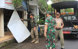 Langgar Perbup, Satpol PP Karangasem Babat Iklan Rokok di Warung