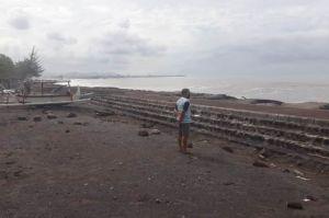 Air Meluap Akibat Gelombang Tinggi, Warga di Pantai Lebih Tetap Tenang