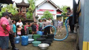 Krisis Air Bersih, Mobil Water Cannon Polres Sambangi Warga
