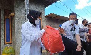 Mensos Risma Angkut Logistik, Beri Santunan Korban Gempa di Ban