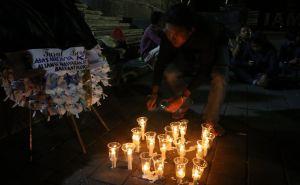 Rayakan Hari Demokrasi, Aktivis Bali Nyalakan Lilin Simbol KPK Mati