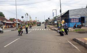 Nyeberang Jalan, Seorang Ibu Tewas Mengenaskan Diseruduk Mobil