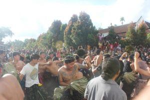 Siat Sarang; Cara Unik Warga Bali Perangi Bhuta Kala Pada Diri Manusia