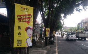 Aplikator Transportasi Online Pasang Iklan di Pohon, Pol PP Meradang