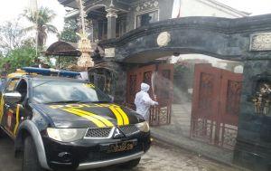 Buleleng Zona Merah, Polisi Disinfeksi Rumah Bupati Agus di Banyuatis