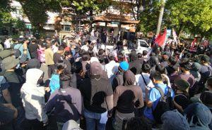 Massa Aksi Tolak Omnibus Law Tuding Koster Tutup Mata dan Telinga