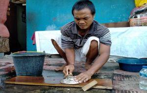 Beralih Produksi Cangkang Cincin, Tetap Sabar Meski Orderan Sepi