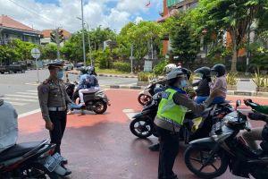 Cegah Penyebaran Covid-19 di Bali, Polisi Denpasar Bagi-bagi Masker