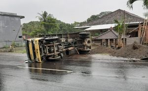 Tanah Labil, Truk Jalan Mundur Lalu Terbalik Saat Bongkar Muatan