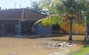 Air Banjir Belum Surut, Warga Mulai Kesulitan Air Bersih