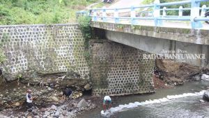 Diterjang Banjir, Jembatan Penghubung Singojuruh-Sempu Mulai Dibenahi