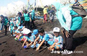 Ratusan Siswa TK Pembina Lepas Ratusan Tukik di Pantai Cemara