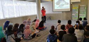Siswa MTsN 2 Bondowoso Belajar Jurnalistik dan Mengenal Penyu