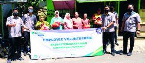Salurkan Bantuan Paket Sembako untuk Pekerja Rentan