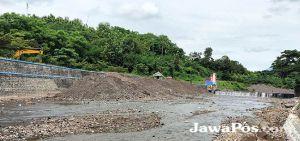 Antisipasi Banjir Bandang, Sedimen Sungai Alasmalang Dikeruk