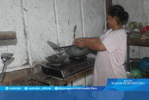 Sambal Terasi dan Bawang Di Rumah Suwarni untuk Satgas TMMD dan Warga