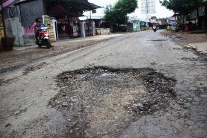 Perbaikan Jalan Rusak di Jombang Terkendala Aspal yang Belum Datang