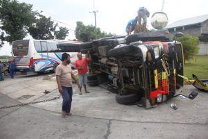 Diseruduk Bus Sumber Selamet, Truk Terguling di Jalan Raya Jatipelem