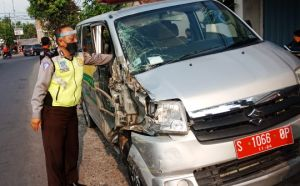 Disenggol Tronton di Tembelang, Ambulan Siaga Desa Plandaan Ringsek