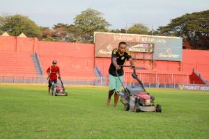 Fokus Rumput Lapangan dan Penerangan Stadion Brawijaya