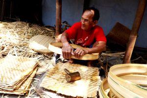 Puluhan Tahun, Ahmad Bertahan Membuat Tampah di Tugurejo, Ngasem