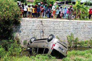 Ngebut di Jalur Tengkorak, Pengendara Mobil BMW Tewas Terlempar
