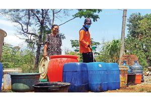 BPBD Dropping 12 Ribu Liter ke Desa Tiron di Kecamatan Banyakan
